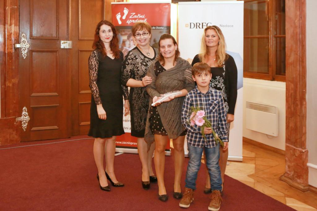 Gabriela Křivánková, Jana Merunková, Petra Vosecká-Kočandrle se synem a Lenka Sálová, ředitelka Nadačního fondu Lasvit